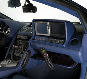 Sogar ein Polizeicomputer findet Platz im Lamborghini LP560
